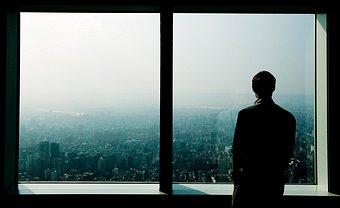 Resultado de imagen para hombre enamorado frente a la ventana