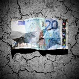 12748595-concepto-de-crisis-financiera--arrugado-billete-de-20-euros-en-fondo-de-suelo-seco
